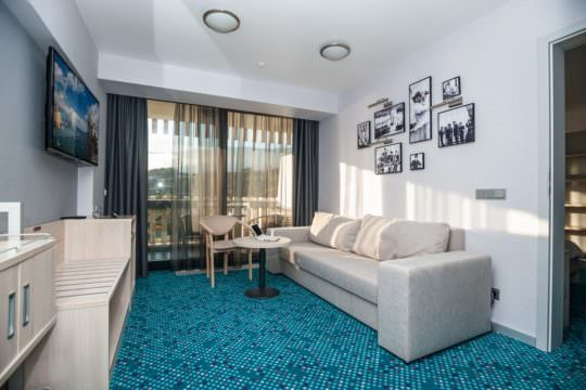 Люкс двухкомнатный с двуспальной кроватью и диваном (YALTA INTOURIST)