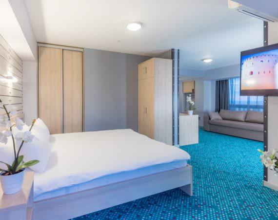 Люкс студия с двуспальной кроватью и диваном (YALTA INTOURIST)
